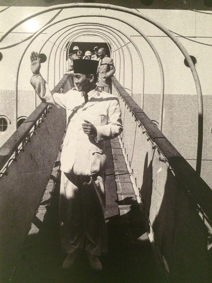 Presiden Soekarno meninjau Kapal Oranje, 27 Mei 1950. (IPPHOS - Antara Foto).