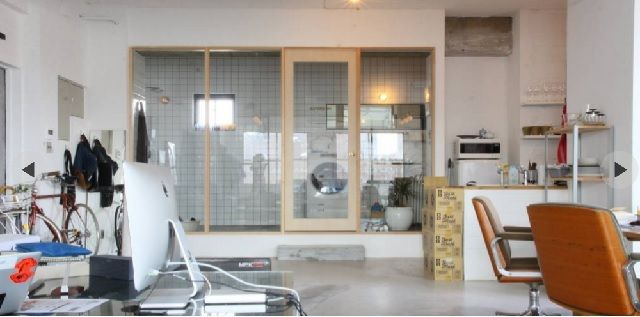 homifyで紹介されているマンションを300万円でフルリノベーション。90平米のワンルームを、仕切りなし、金網、前面ガラスなどで仕上げた。設計はHOUSETRADによる。場所は六本木で、部屋から東京タワーと六本木ヒルズが見える。