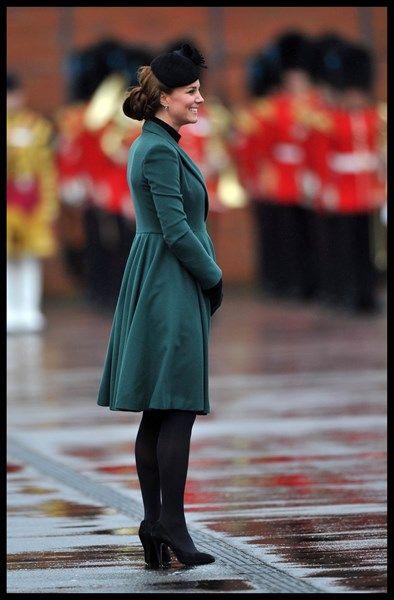 17/3/2013, 22 weken. Kate recycleert ook deze dress coat van Emilia Wickstead tijdens haar zwangerschap. Kleermakers aan het hof worden gevraagd de knopen van haar jassen systematisch te verzetten.
