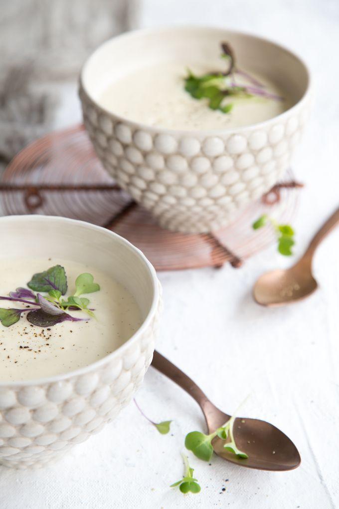 Warm cauliflower soup with a hint of vanilla. http://www.jotainmaukasta.fi/2017/05/31/vaniljainen-kukkakaalikeitto/