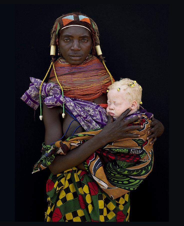 Esta mujer de la tribu Mwila en Hale se muestra protectora con su hijo albino.