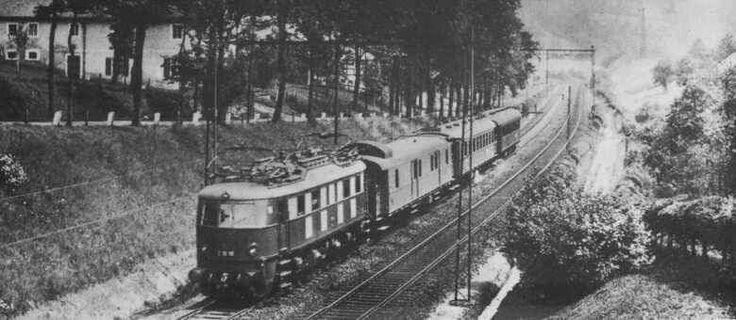 Skład prowadzony lokomotywą E18 jadący z Jeleniej Góry w kierunku Lubania Śląskiego. Około 1940r.  ŹR.pociagipodspecjalnymnadzorem.blogspot.com