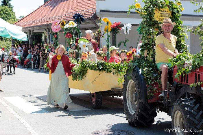 """""""Festwagen Wurzelkinder"""" des Natur- und Bewegungskindergarten beim Montfortfest Festumzug 2014 in Tettnang"""