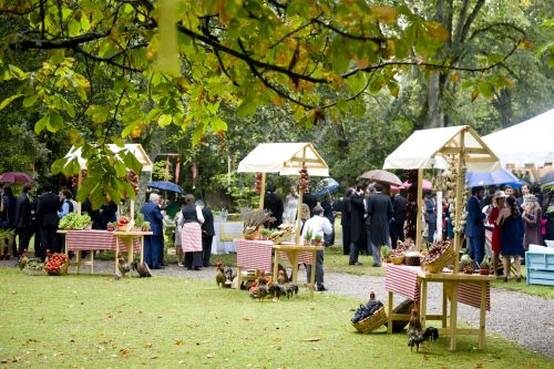 Un bonito decorado de boda, puestos de quesos, canapés...