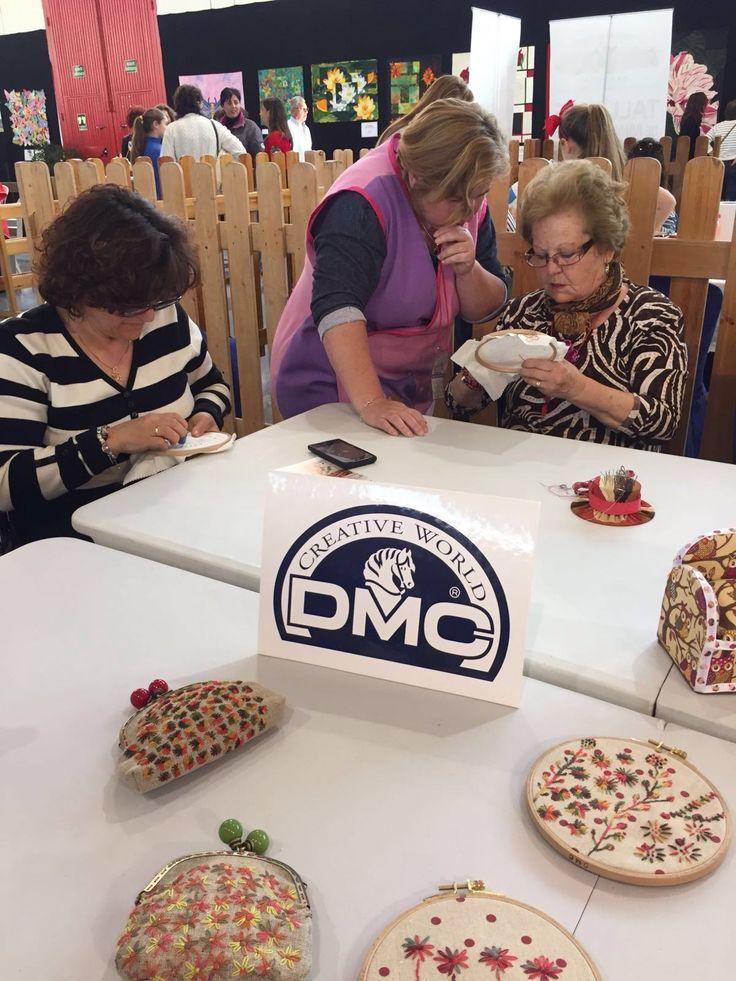 """DMC realizó cinco talleres de Coloris y Custom by Me en la Feria Crearte de Granada a principios de mes, de la mano de Marisol Gandú ( """"El Baúl de los detalles"""" de Granada).  El sábado día 2, DMC regaló todos los materiales necesarios y Marisol enseñó a trabajar con el nuevo hilo Coloris de DMC, bordando unos motivos vegetales.  También hizo una demostración de la nueva idea de DMC: el Custom By Me! Que presentaremos a nivel nacional en breve! Una gran idea para costumizar el ropero. Nada…"""