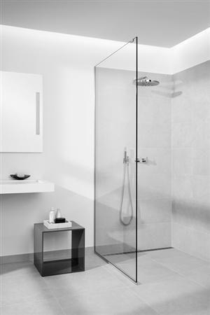 På deres skandinavisk inspirerede badeværelse fik familien instaleret en Unidrain Glassline brusevæg, der understøtter det minimalistiske look og skaber plads i rummet