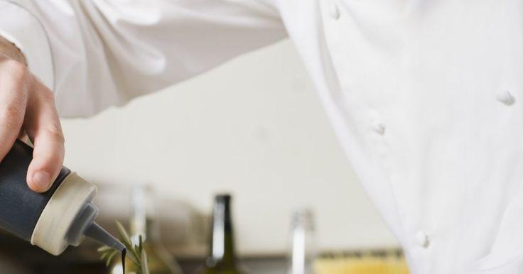 Consejos para la cocción lenta de la paleta de cerdo. La paleta de cerdo nunca debe servirse poco cocida. La cocción lenta asegura una cocción completa y a la vez realza su sabor. Este es un plato ideal para reuniones ya que se prepara por la mañana y para el momento en que lleguen los invitados, tu hogar estará inundado de un aroma tentador, el cerdo estará jugoso y tierno y no tendrás que ...