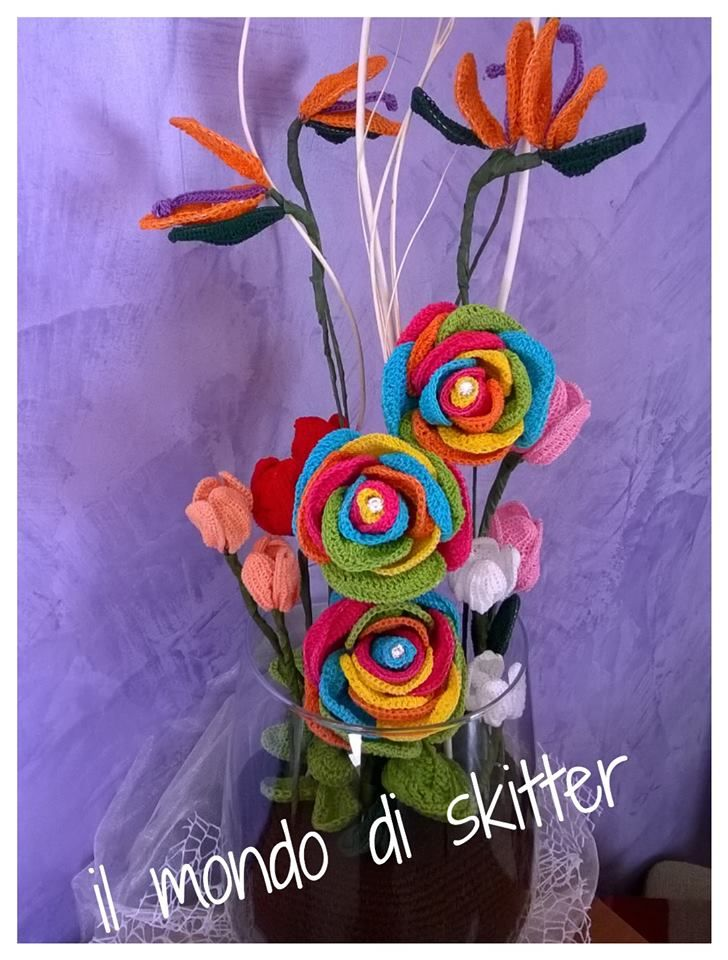 composozione realizzata all'uncinetto in coppa di vetro, con sterilizie, tulipani e rose arcobaleno
