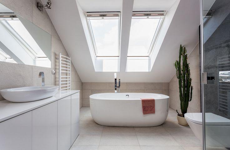 Badezimmer-renovierung-kosten-Badezimmer-mit-dem-Licht-von-der-Sonne