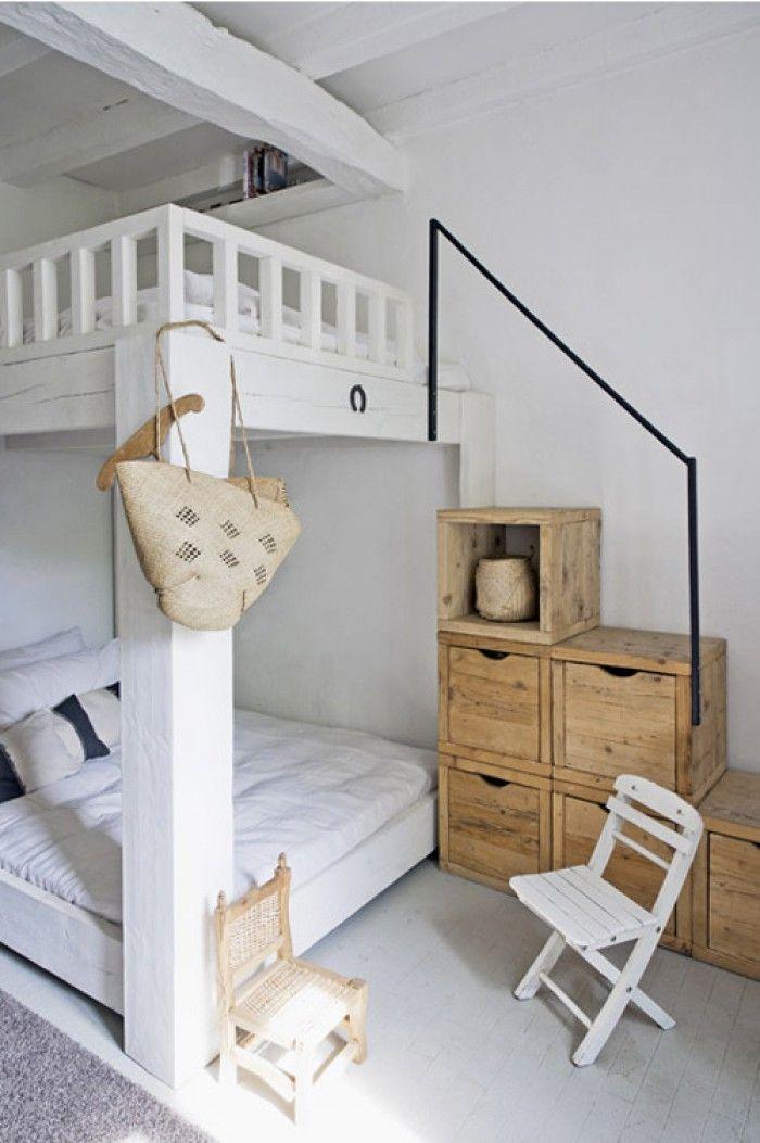 Klasse idee für eine kleine Wohnung oder ein kleines Kinderzimmer. Ein Doppelbett mit Regalsystem als Treppe
