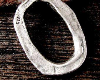 Perline a forma di organici ondulati, curvi sono strati e strati (in realtà 3) di freeformed argento.  Ragazzi poco pesanti Aggiungi istantanea Designer artigiano ai vostri progetti!!  Misura impressionante bellezze splendente in intorno 6,5 mm arrotondato quadrato o 7,5 mm diagonale diamante spessore in angoli è circa 3,3 mm, centro tuffi a circa 2,5 mm. Dimensione di foro 2,3 mm  È la lista per 4 pezzi argento sterling