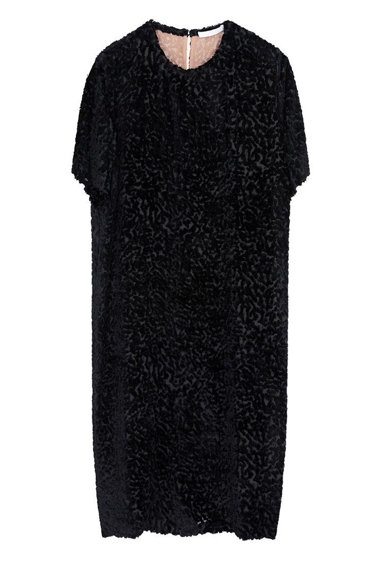Un vestido negro con una vuelta Un clásico que no puede falta y que podemos combinar de miles de formas, sin embargo algunos como este de terciopelo brillan con luz propia #Moda #Weekend #Woman #Mujer #Dress #Vestidos #Black #Style #Navidad #YoSoyUnaChicaMuse #Fashion #Model #ModaFemenina #InstaModa #Clothes #Jeans #OutFit #Colombia #Bogota #Barranquilla #Medellin #Cali #Cartagena #Classic