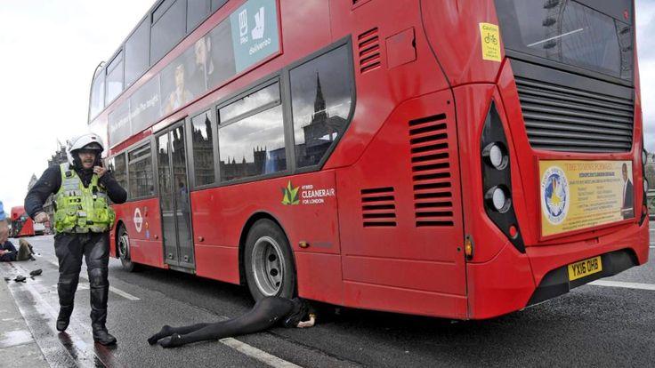 Eine Frau flüchtete in Panik vor dem Angreifer, wurde von einem Doppeldecker-Bus überrollt