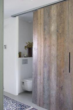 De toilet en detail van de deuren. Deze schuifdeuren zijn in het hele huis gebruikt.
