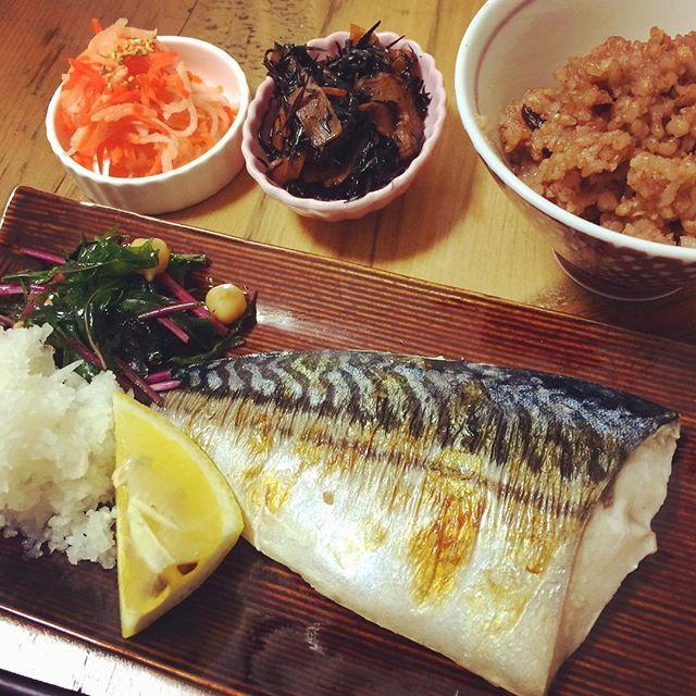 夜ごはん♡  今日の夜ごはんは ◯酵素玄米 ◯塩鯖 ◯ひじきの煮物 ◯なます ◯ひよこ豆と紫水菜のサラダ  和食が一番すきー*·.ヾ(´︶` )ノ.·* うまま  #和食 #おうちごはん #酵素玄米 #鯖 #手作り #yummy #yum #dinner #cooking #cook #fish #instagood #instagram