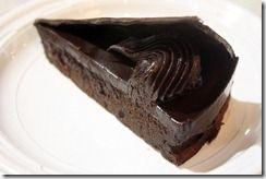 Sachertorte; denne oppskriften, men 300 gr. smør, 300 gr sjokolade og bare 400 gr. sukker. 2 dl. seterrømme istedet for kjernemelk. Går fint med bare natron, da 1 (+) teskje. Fyll: aprikossyltetøy - litt geletain for stivelse. Tilsett/pynt med tørkede eller ferske aprikoser. Glasur: Mørsk sjokolade, smør, melis, kaffe og kakao. Smelt sjokoladen men ikke smøret, det skiller seg hvis alt er varmt! Nam!