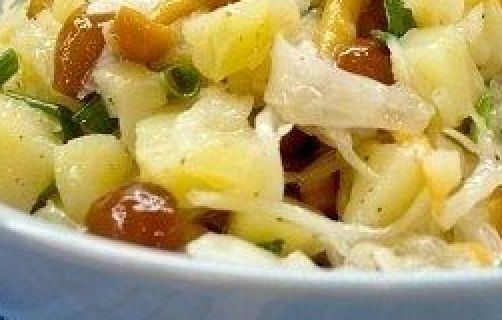 Салат из картофеля и квашенной капусты разнообразит ваш постный стол. Салат постный, вкусный и полезный.