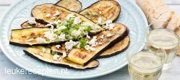 Gegrilde aubergine met feta BIJGERECHT – 25 MINUTEN – 4 PERSONEN * Zomers barbecue recept van gegrilde aubergines met feta en verse koriander