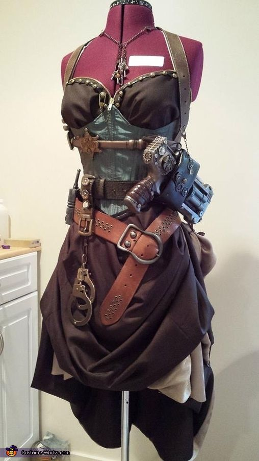 Tawny: I discovered Steampunk in the Summer of 2013. I was instantly sucked in and decided to completely change my plans for Halloween just so I could carry an awesome Steampunk...