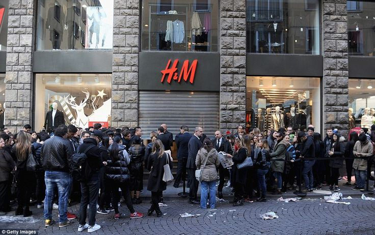 PEOPLE WAITING FOR SOMETHING TO HAPPEN - H&M