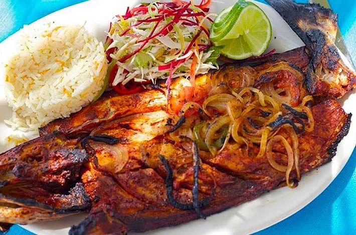 Brody… ahora sí vamos a chuparnoslos dedos con esta receta del riquísimo Pescado a la Talla… que nos hace famosos en Acapulco… desde acá de Barra Vieja. Ingredientes: 1 Huachinango grande (Dile al de la pescadería… que te lo abra para asar) Sal molida y Sal de grano 15 chiles guajillos 3 dientes de ajo …