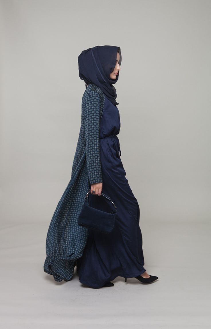 Navy blue dress w long patterned cardigan. Wow. Great for evening wear. Jangan sapu jalan sudah.