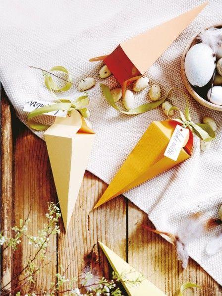 Essen kann man die Möhren aus Papier zwar nicht. Mit süßen Leckereien befüllt, sind die Naschtüten aber das perfekte Präsent. Namensschilder nicht vergessen!