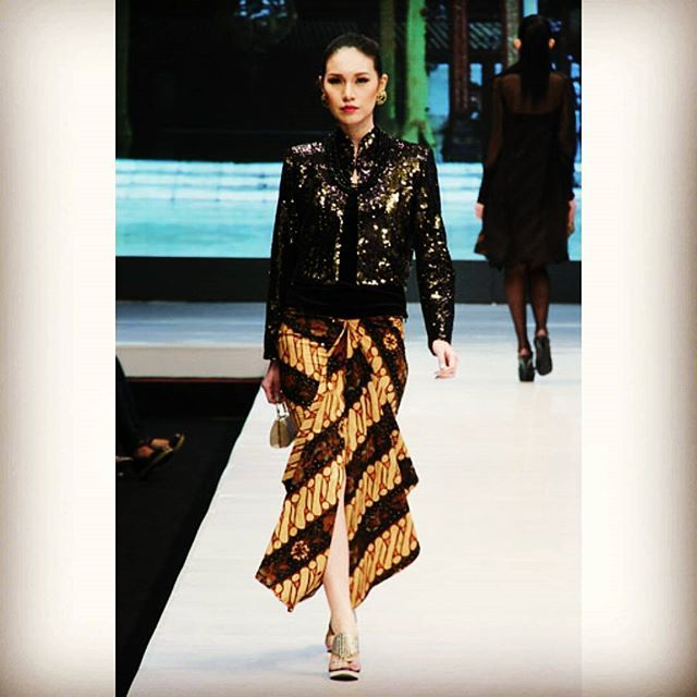 The characteristic curved lines of Parang could also be translated as waves in the sea, symbolising the power and greatness of nature. Legends emphasised the supernatural power of the Parang to bring victory in war, protection and healing of the sick. #fashiondesigner #like #runway #collection #parang #batik #skirt #vs #black #sequins #outer #simple #classic #envogue #elegance #style #wardrobe #stylist #poppydharsonofashionstudio #to #redefine #indonesia #heritage