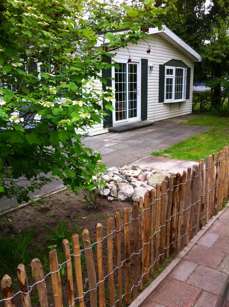 We hebben een hek! De buitenkant is nu net zo mooi als de binnenkant. Dat is fijn, want we hebben ons chalet in de zomer al verhuurd. #overijssel #hofvantwente Www.chaletmarkelo.nl