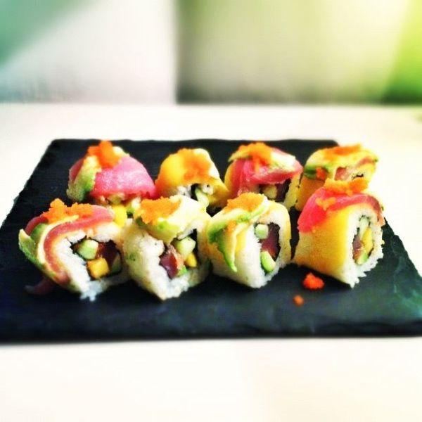 Bij deze prachtige rainbow roll komen kunst en koken wel heel dicht bij elkaar. Wij leggen je uit hoe je deze heerlijke sushi eenvoudig zelf kunt maken.