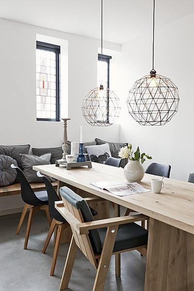 eettafel stoelen lampen kussens piet hein eek, via vtwonen.