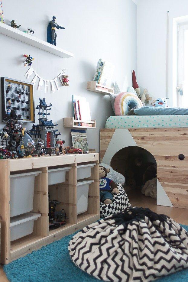 Gleich zu Beginn: Ein Kinderzimmer sollte nicht aussehen wie auf einem Instagramfoto oder in einem Katalog. Die Kinder müssen sich wohlfühlen, es muss ihnen gefallen und sie sollen je nach Alter auch mitentscheiden dürfen. Daher bekommt ihr heute unsere praktischen Tipps für Ordnung im Kinderzimmer.