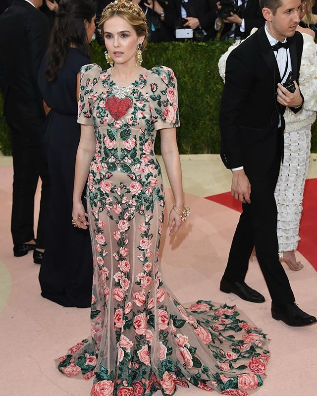 Zoey Deutch wearing Dolce&Gabbana Alta Moda to the 'Manus X Machina: Fashion in an Age of Technology' Costume Institute Gala at the Metropolitan Museum of Art on May 2, 2016 in New York, NY. #metgala #dgcelebs #thefirstmondayinmay #manusxmachina