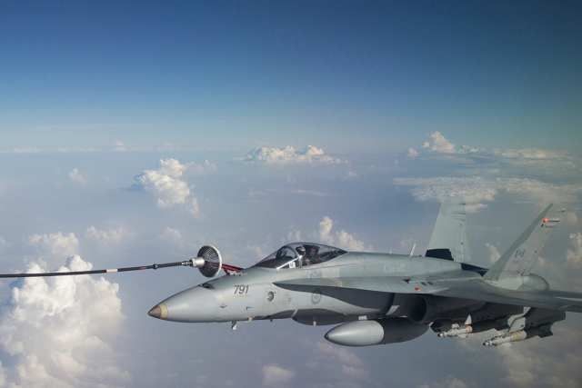 A Royal Canadian Air Force CF-188 Hornet refuels from a CC-150 Polaris over Iraq during Operation IMPACT on November 7, 2015. Photo: OP IMPACT