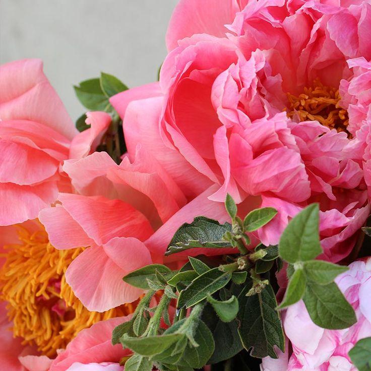 Ramo Sara Charm con Peonías Naranjas y Rosas | Floristería Bourguignon  #peony #bouquet