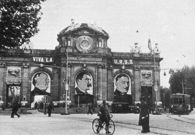 Fotos Stalin, Molotov y Vorochilov en la  Puerta de Alcalá de Madrid en1936.