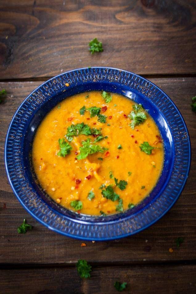 Här är ett underbart gott recept på linssoppa som kommer från bloggen Linnéas skafferi. Det är duktiga Linnéa Seidel som komponerar recepten, lagar maten och tar fantastiskt fina bilder. Det här receptet på linssoppa är väldigt gott, lättlagat och prisvärt. En perfekt måltid under årets kyliga dagar. Har du lite extra tid kan du baka ett gott bröd att servera till soppan - till exempel det här goda bakpulverbrödet, också det från Linnéas skafferi. Läs också: Gott recept på linsgryta