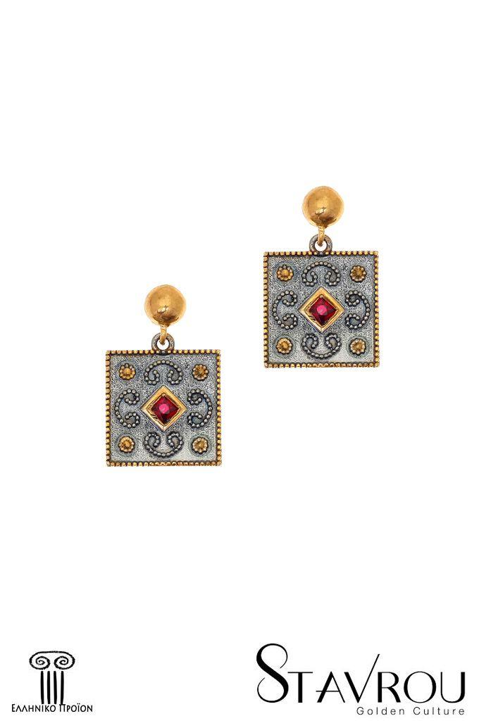 Ασημένια925' χειροποίηταγυναικείακρεμαστά σκουλαρίκια, εμπνευσμένααπό βυζαντινά κοσμήματα, επιχρυσωμένακαι επιροδιωμένα με συνθετικό ρουμπίνι κοπής carée Διαστάσεις θέματος: 15x 15mm Συνολικό ύψος σκουλαρικιού : 22,70mm #σκουλαρίκια #ασημένια_σκουλαρίκια #κοσμήματα #χειροποίητα_κοσμήματα #βυζαντινά_κοσμήματα #κοσμήματα_χαλάνδρι