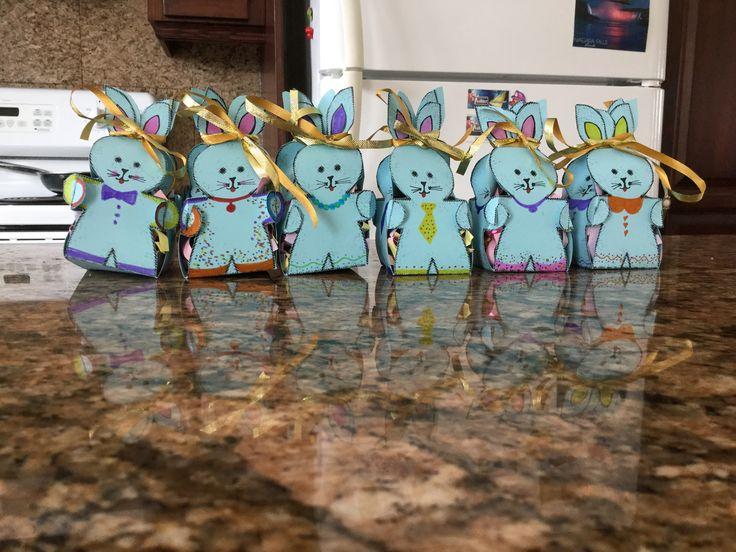 Petit lapin de Pâques avec 4 chocolat chacun à l'intérieur il y a aussi du papier de échiquetée au fond a l'intérieur et on met les œuf dessus.