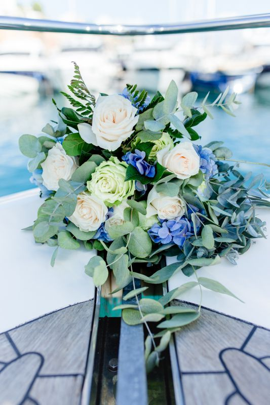 Luxury and modern bridal bouquet with roses, hydrangea and eucalyptus. Design by Nadja Barghoorn & FlordeFlors Mallorca. Photo: Deinz Fotografie Germany
