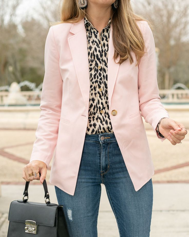бледно розовый пиджак с джинсами фото
