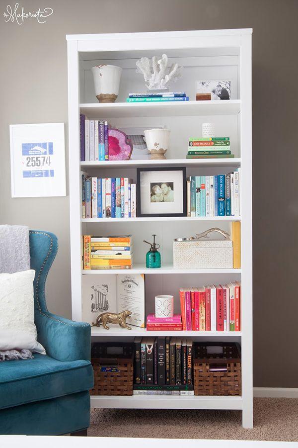 Estante + Livros + intercalando horizontal e vertical + cenário com livro aberto mais escultura + vasos + caixas + aparadores + separando por cor.