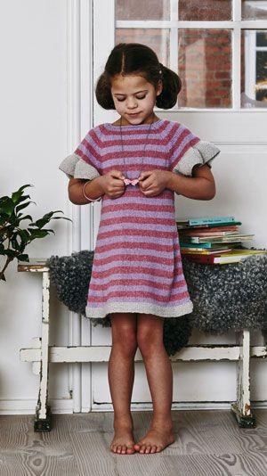 Strikkeopskrift til en sød pigekjole. Kjolen har bølgende ærmekanter og muntre striber. Den er perfekt til en skøn sommerfest eller en dag på legepladsen.