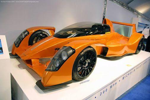 La Caparo T1 s'apparente facilement à une Formule 1 pour la route de par son design audacieux et son moteur digne d'une F1 de la belle époque : un V8 3,5 litres de 583 ch et 420 Nm, la puissance étant atteinte à 10 500 tr/min ! Disponible avec ou sans bulle de protection, cette supercar a été conçue par d'anciens ingénieurs de McLaren et possède 2 places décalées et étroites. Côté performances, elle atteint les 330 km/h en vitesse maxi et passe de 0 à 100 km/h en seulement 2 5 secondes pour…