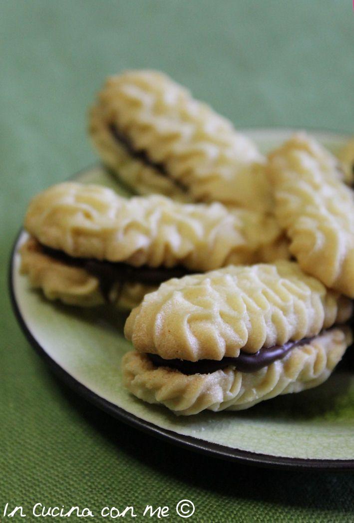 Condividi Pubblica tweet + 1 E-mail Ultimamente ho voglia di sperimentare nuovi sapori, così ho cercato delle ricette di biscotti all'olio e fra tutte ...