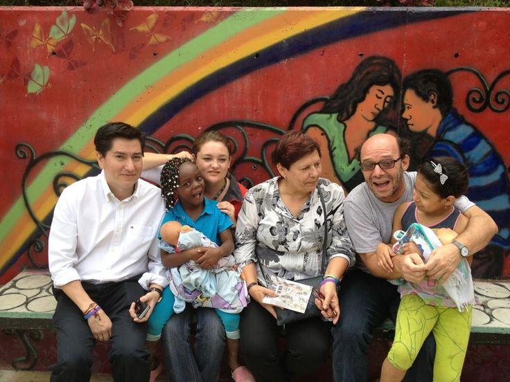 Niños en vacaciones saludan a periodistas que visitan las escaleras eléctricas comuna 13 - Tito Puccettic entre otros.