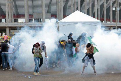 Policía lanza gases contra indígenas frente a estadio de Brasilia