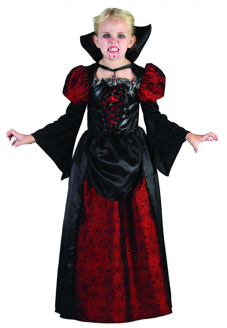 Déguisement vampire enfant Halloween : Ce déguisement vampire enfant Halloween au toucher satiné se compose d'une robe de 116 cm de long et d'un tour de cou en forme de croix.Le haut de la robe se compose d'un...