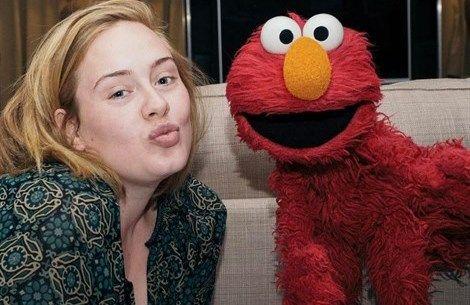 Adele, selfie #nomakeup con Elmo - VanityFair.it  http://www.vanityfair.it/beauty/beauty-star/17/03/15/adele-selfie-no-make-up-instagram-foto