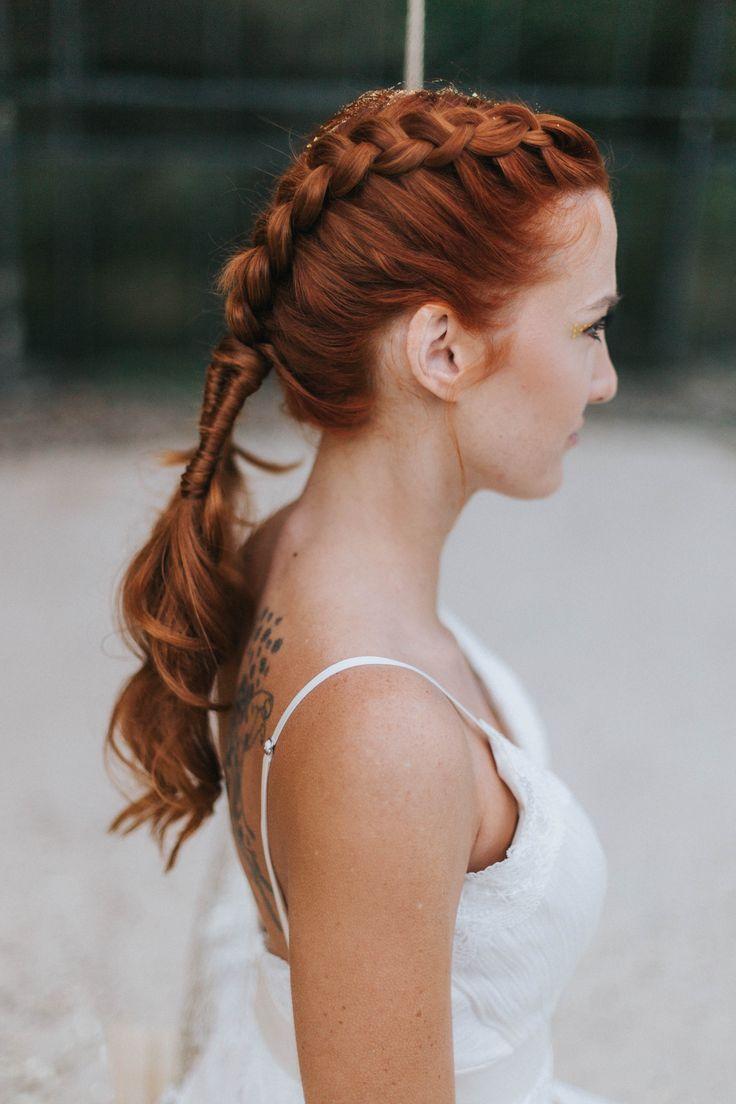 Flechtfrisur, Haare geflochten, Brautfrisur Flechtfrisur, Brautfrisur geflochten - Brautfrisuren 2018 für mittellange und lange Haare mit Glitter | Hochzeitsblog The Little Wedding Corner